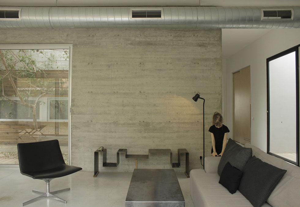 גם הבתים שמילכברג מעצבת מצומצמים מבחינת החומרים והמראה. ''לקישוטיות צריכה להיות הצדקה'', היא אומרת. המדף בסלון, למשל, עוצב שלא בקו ישר, פונקציונלי, כי בעלת הבית חייתה בניו יורק, וצורת המדף מגלמת עבורה זיכרון אישי (צילום: באדיבות studio id253)