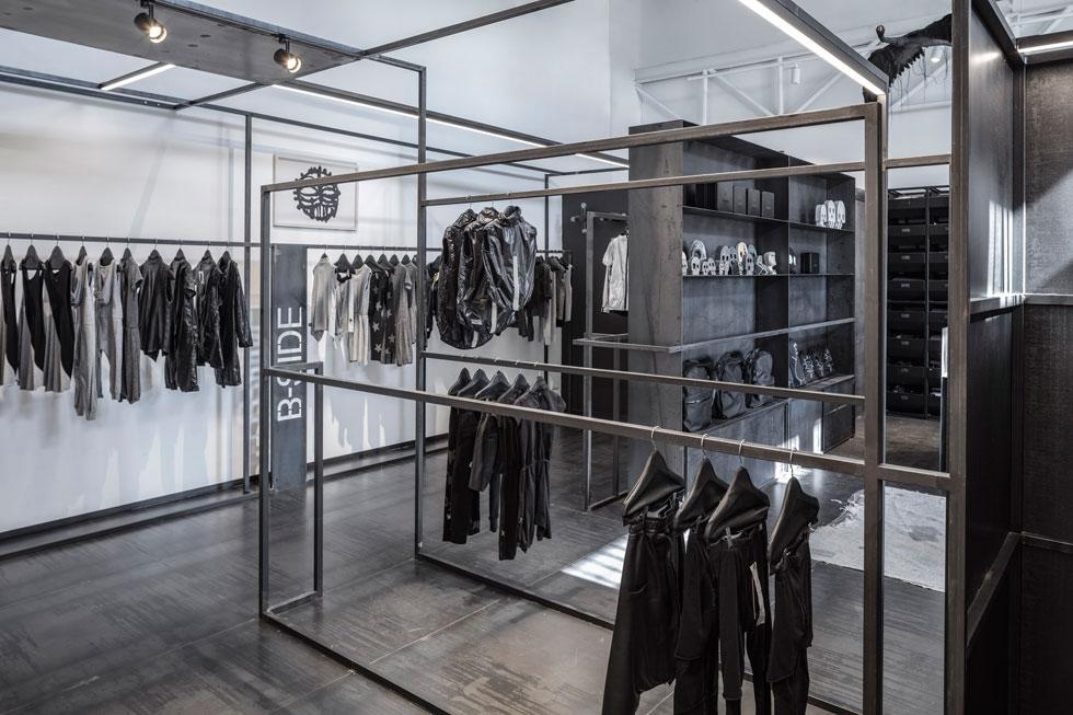 החנות של ''נונונו'' בקרית שאול. קונסטרוקציית ברזל שמשלבת את כל האלמנטים הנדרשים לחנות: מוטות תלייה, פסי תאורה ואפילו רצפה ותא מדידה (צילום: עמית גרון)