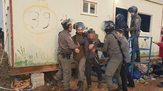 Israeli forces evacuate settlers from Amona (Photo: Mateh Binyamin )