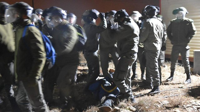 Israeli forces evacuate settlers from Amona (Photo: TPS)