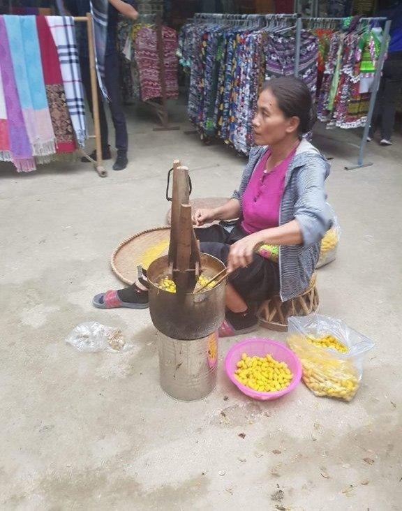 """טווית משי מגלמים - עבודה טיפוסית בכפר """"מאי צ'ו"""" (צילום: יוסי פישר)"""