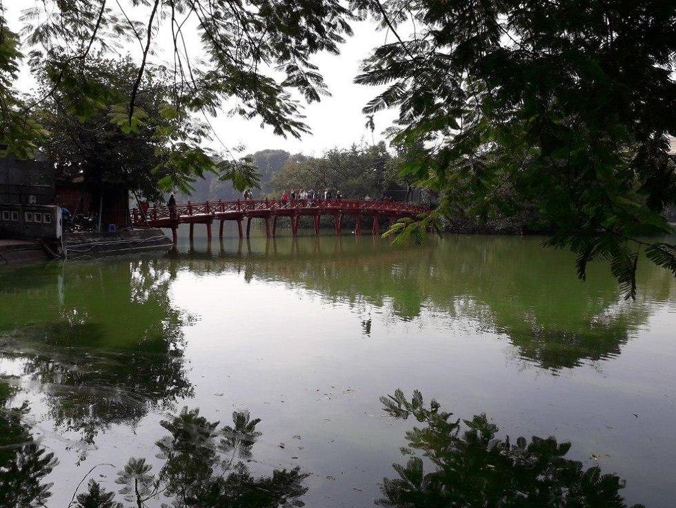 הגשר על אגם