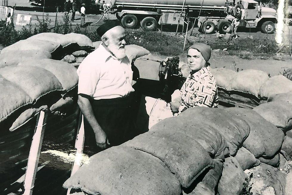 הרב אריה ורעייתו  לאחר מלחמת יום כיפור באיזור הגולן בדרך לישיבת הגולן ()