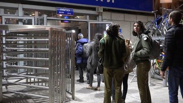 Очередь у входа на вокзал. Фото: Лихи Крупник