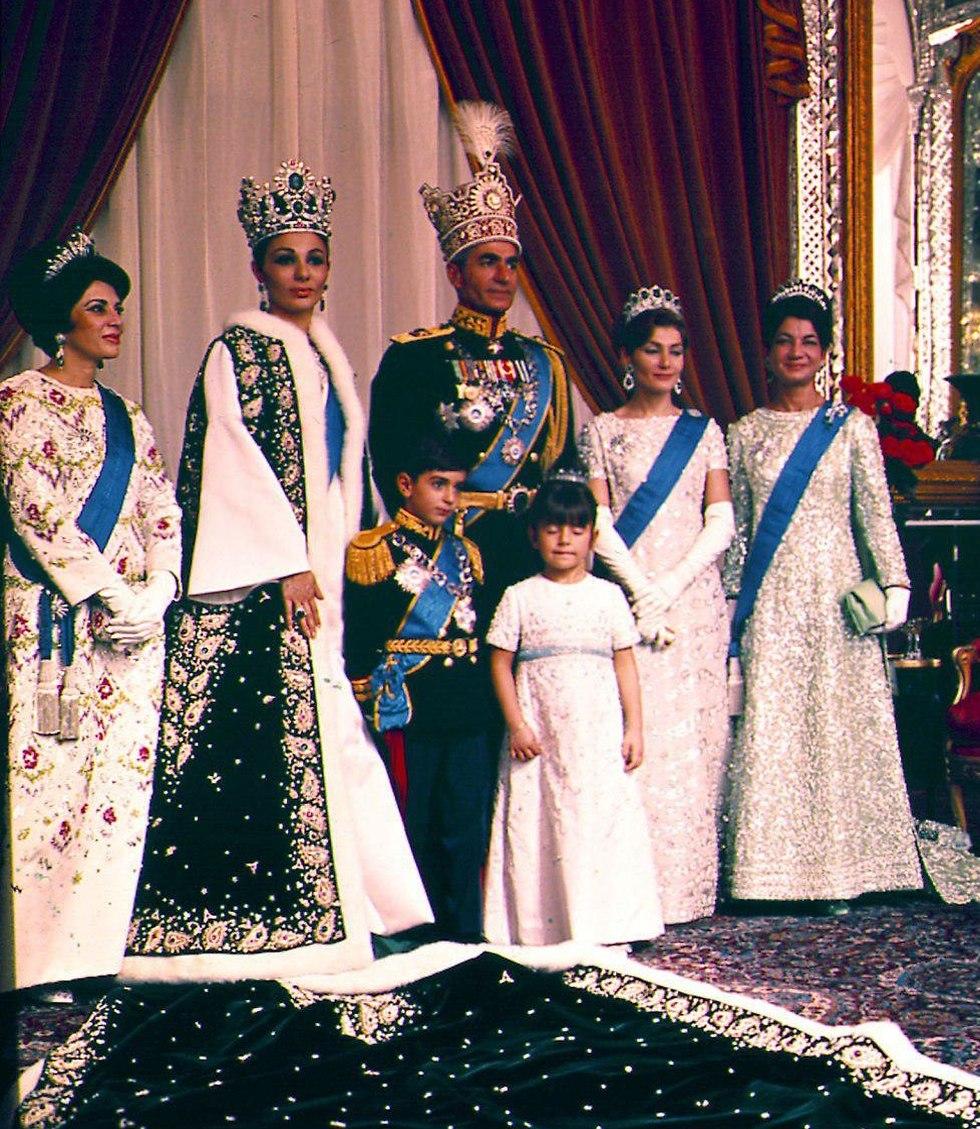 The royal family before the fall (Photo: AP) (Photo: AP)