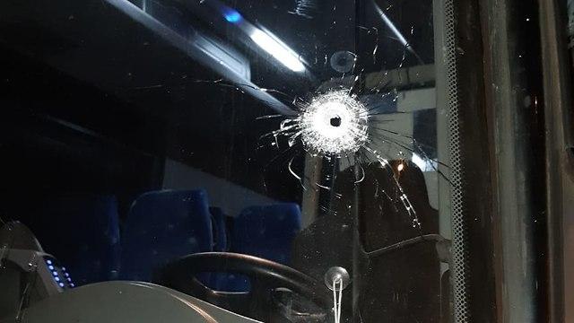 מנזקי הירי לעבר האוטובוס בבית אל (צילום: נתנאל קאופמן, TPS)