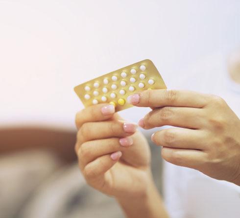 גלולות למניעת היריון משפיעות על היצרות כלי הדם, והסיכון איתן גבוה יותר בנשים מעל גיל 35, מעשנות ובעלות עודף משקל (צילום: Shutterstock)