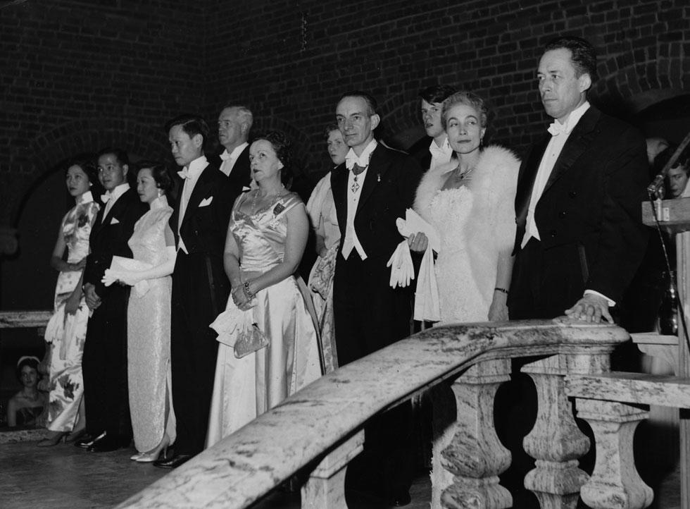 קאמי ואשתו פראנסין (מימין) בקבלת הפנים שנערכה בעיריית שטוקהולם אחרי טקס הענקת פרס נובל, דצמבר 1957 (צילום: AP)