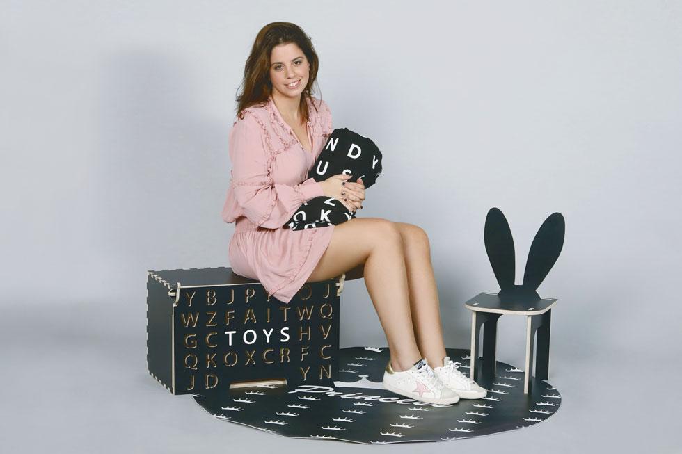 """בחיפושיה של סנדלון אחר דמות מעניינת לכיסא, היא נתקלה במקרה בחנות בחו""""ל שמעוצבת בסימן איילים, התלהבה ותרגמה את הדמות לכיסא, שהפך ללהיט היסטרי (צילום: צביקה טישלר)"""