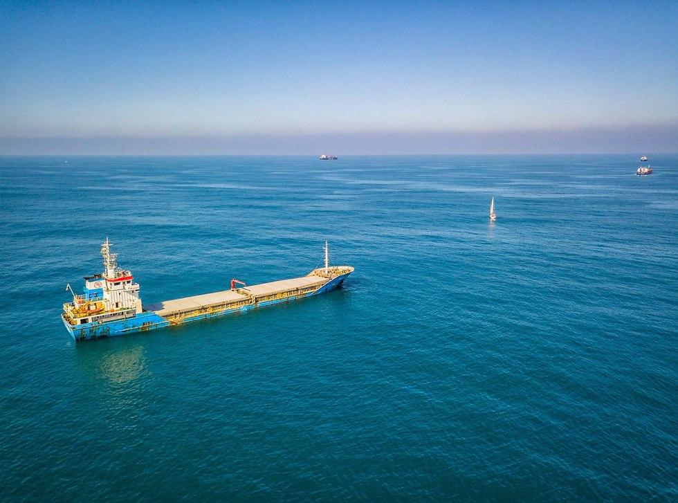 ספינה על רקע חוף ים אשדוד (צילום: אריק דנינו)