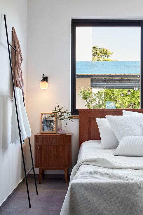 בחדר ההורים. החלטה מושכלת על חדרי שינה קטנים יחסית (צילום: שי גיל)