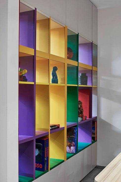 ספרייה צבעונית מעץ וזכוכית מפרידה בין המטבח ופינת האוכל למשרד הביתי (צילום: שי גיל)