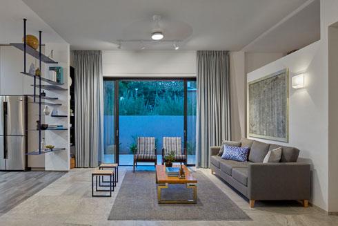 הסלון לכל רוחב הבית, מקיר לקיר (צילום: שי גיל)