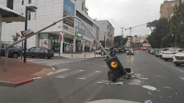 Светофор, сваленный ветром в Рамат-Гане. Фото: Шауль Голан