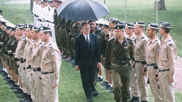 משה ארנס משמר כבוד ב קריה עם היכנסו לתפקיד שר הביטחון (צילום: צביקה טישלר )