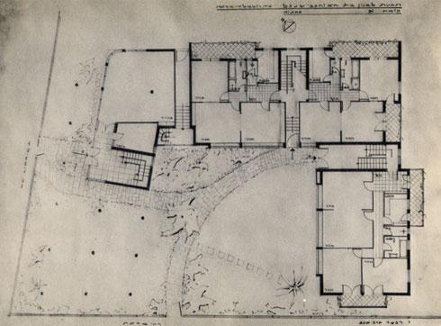 שלושה בניינים מחוברים בהתאמה לקו המגרש ולרחוב, בתצורת ח' לא סימטרית. חלוקת הדירות נשמרה כמעט במלואה גם כעת, למעט כמה דירות שנוספו בגג ובפרטר (תוכנית: באדיבות ד״ר צבי אלחייני, ארכיון אדריכלות ישראל)