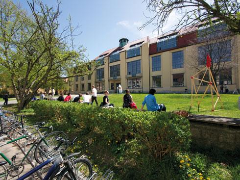 האוניברסיטה כבר אינה קשורה לבאוהאוס, אך סיור בה מומלץ (צילום: Andreas Weise)