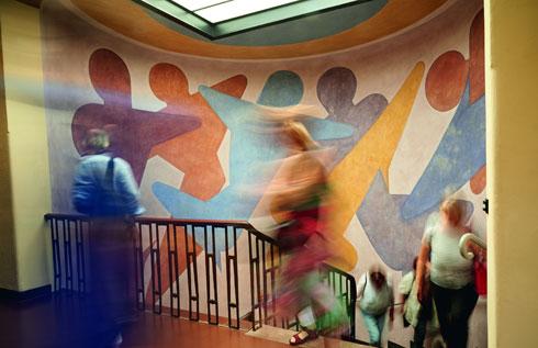 ציורי קיר מקוריים מפארים את כתלי המוסד (צילום: Samuel Zuder)