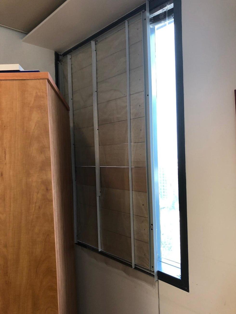 החלון החסום בקריית הממשלה (צילום: דן בית דין, המשרד להגנת הסביבה)