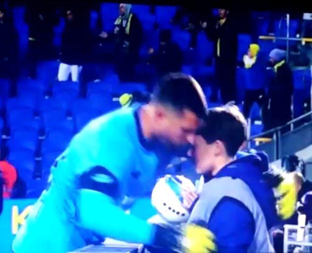 גולן אלקסלסי מחבק את הילד (צילום מסך)