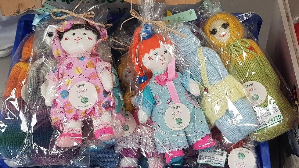 סבתות ויולדות עם מוצרים שהסבתות סרגו עבורן (צילום: הקרן לידידות)