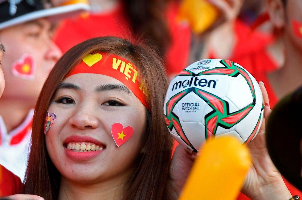 אוהדת נבחרת וייטנהאם  (צילום: AFP)