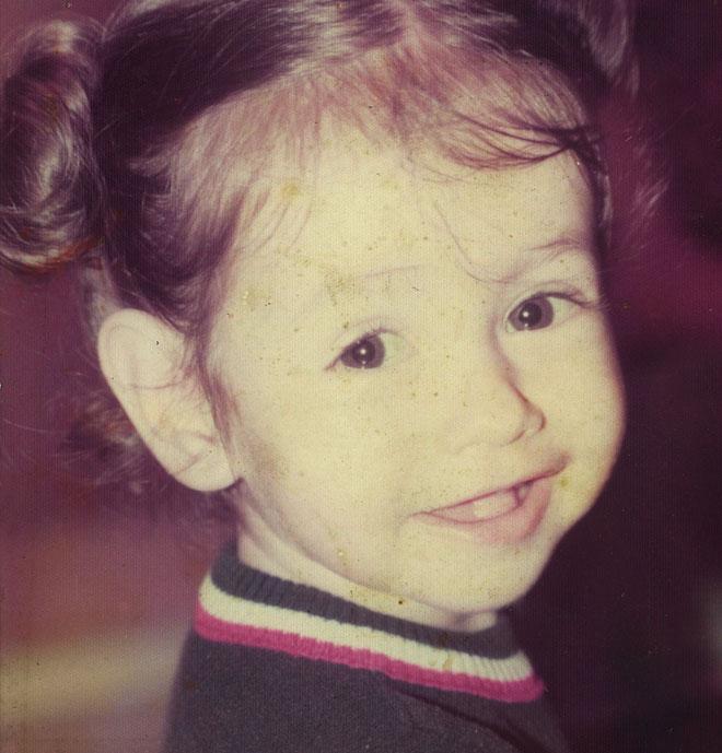 """כהן בילדותה. """"מתח מתמיד של קשיי פרנסה וקשר מורכב בין ההורים"""" (צילום: אלבום פרטי)"""