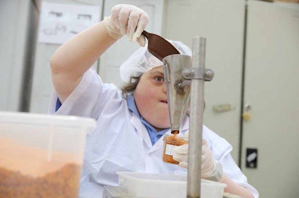 עובדים עם מוגבלויות במפעל מלח גורמה ()