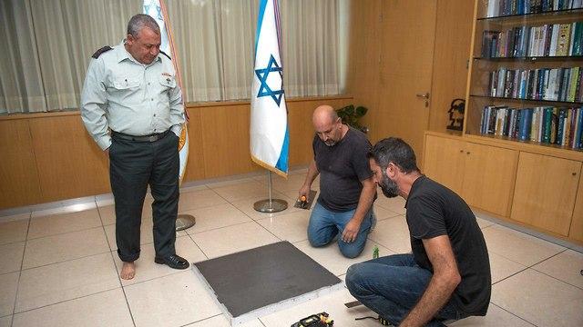 IDF Chief of Staff Lt. Gen. Gadi Eisenkot having his footprint taken for the 'IDF chiefs' Boulevard' at the Hadassah Medical Center in Jerusalem  (Photo: IDF Spokesman's Unit)