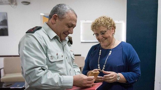 IDF Chief of Staff Lt. Gen. Gadi Eisenkot with Miriam Peretz after she won the Israel Prize (Photo: IDF Spokesman's Unit)