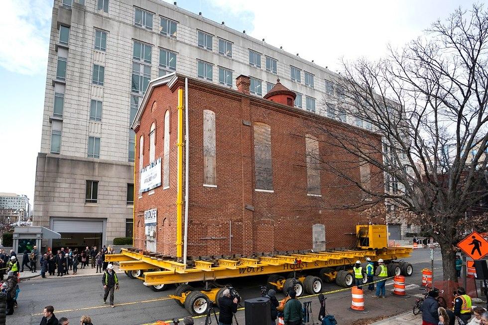 Перевозка здания синагоги в Вашингтоне. Фото: EPA