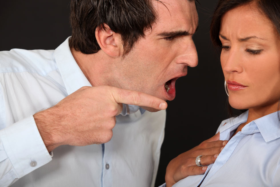 הוא מאיים? הוא כנראה מתכוון! אל תשלי את עצמך שמדובר באיומי סרק (צילום: Shutterstock)