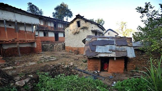 נפאל אישה במחזור גורשה ומתה עם שני ילדיה (צילום: AFP)