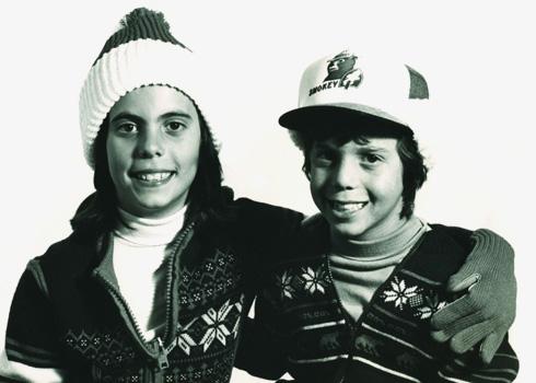 """""""אני מאוד אוהב את השיער שלי, אבל לרוב אני עם כובע"""". בן גורין בילדותו, עם אחותו ליסה"""