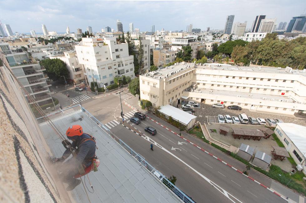 מבט מהבניין הדומיננטי על הצומת תחתיו, כאשר שי פרקש הציל את האריחים של ג'ניה ברגר (צילום: דור נבו)
