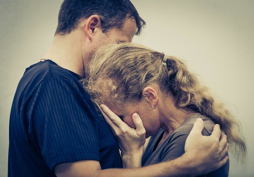 זוג עצוב מחובק (צילום: shutterstock)