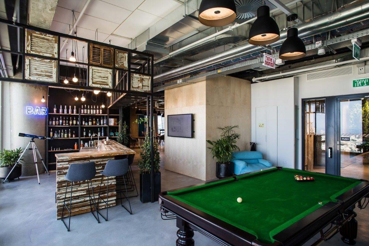 """מרחבים משותפים עם מאמץ עיצובי - פייסבוק בת""""א (צילום: עדי כהן-צדק)"""