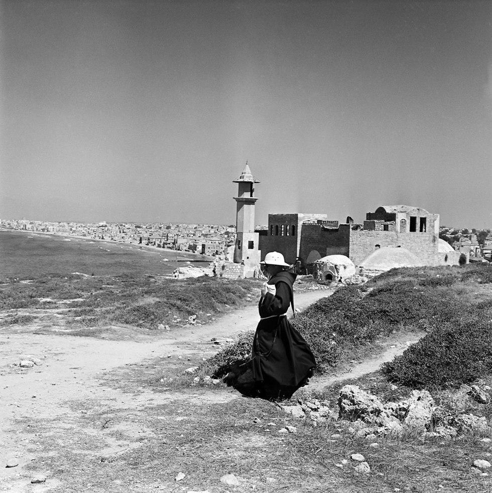 Монах в Яффо. 1958 год. Фото: Руди Висенштейн