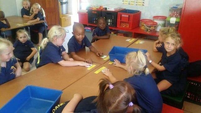 ילדים שחורים ו לבנים הופרדו ב בית ספר ב דרום אפריקה ()