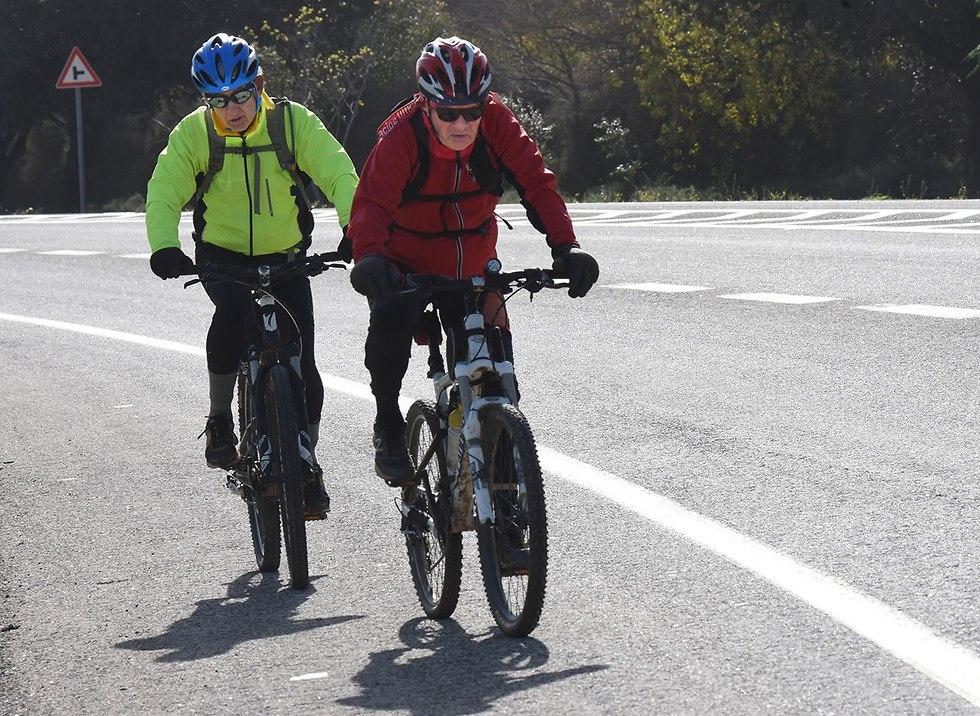 רוכבי אופניים ברמת הגולן (צילום: אביהו שפירא )