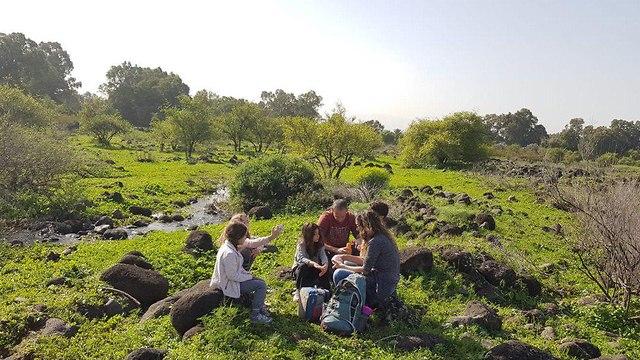 משפחה מטיילת באזור נחל הזאכי  (צילום: לירי כוכבי)