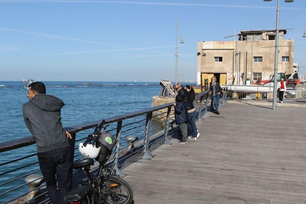 רוכב אופניים בטיילת נמל יפו בתל אביב (צילום: אבי מועלם)
