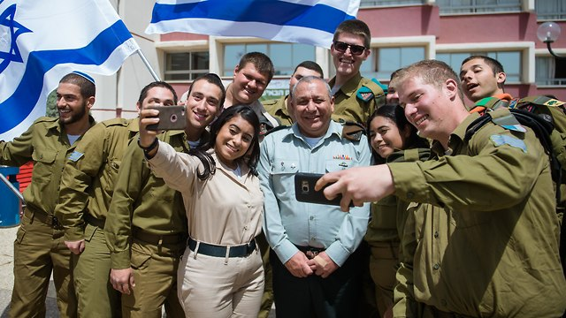 Then-IDF chief Gadi Eisenkot with lone soldiers (Photo: IDF Spokesman's Unit)