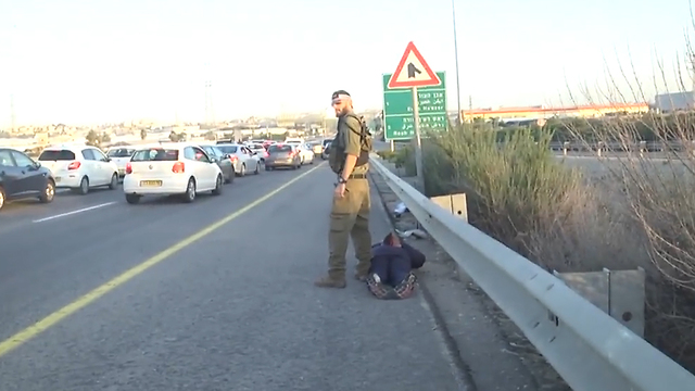 מעצר חשוד מכנופיית גנבי רכב בכביש 5 ביום שישי (צילום: ניצן דרור)