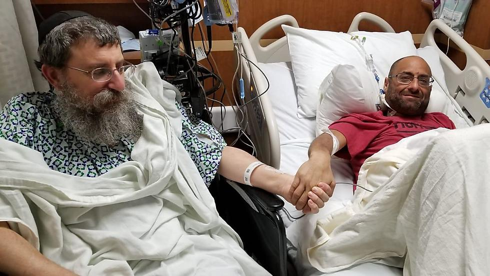 הרב אפרים סימון ואדם לביץ' (Chabad.org/News)