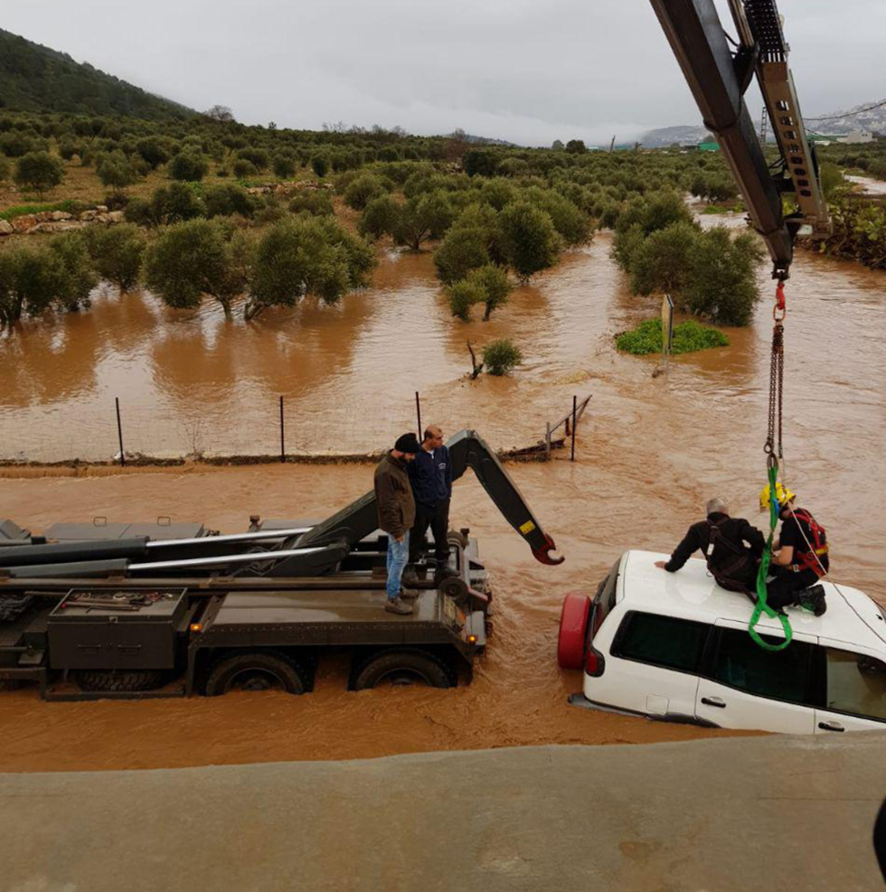 Drivers being evacuated during the flood in Hilazon stream (Photo: Police Spokesperson)