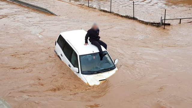 Driver stranded in the Hilazon stream (Photo: Fire Department's Northern District)