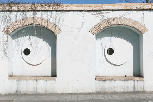 בתוך חלונות היסטוריים שנותרו כעדות לשכונת שערי ירושלים, שבתיה נהרסו לטובת הרכבת הקלה, צייר אוקטבי סרה עיניים סקרניות (צילום: ילנה קווטני)