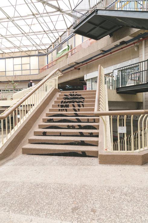''אבשה'', העבודה של גליה ארמלנד במדרגות (צילום: ילנה קווטני)