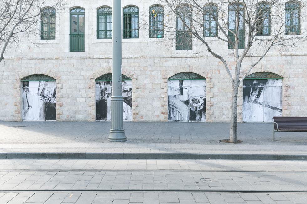 """ציורי קיר של יפעת שטיינמץ הירסט על חלונות """"ביתא"""" (צילום: ילנה קווטני)"""